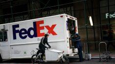 Hombre vestido como repartidor de FedEx roba USD 125.000 y joyas a una familia