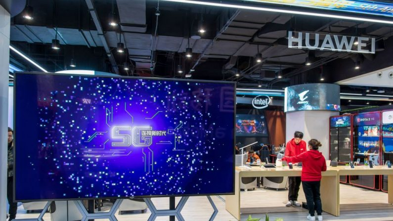 Un stand de Huawei en un centro de experiencia China Mobile 5G en Shanghai, el 20 de diciembre de 2018. (STR/AFP/Getty Images)
