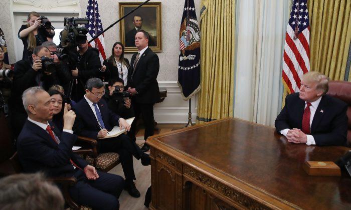El presidente Donald Trump habla durante una reunión con el Vice Premier chino Liu He (izq.), en la Oficina Oval de la Casa Blanca en Washington, el 31 de enero de 2019. (Mark Wilson/Getty Images)