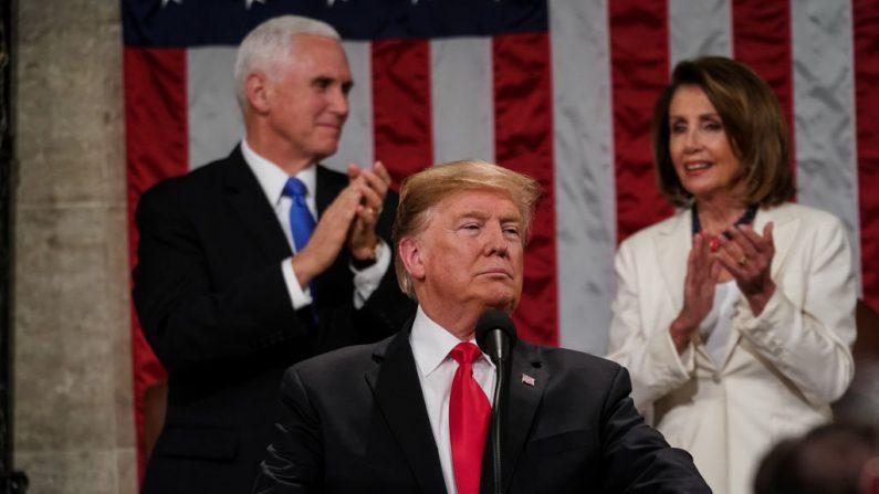 El presidente de Estados Unidos, Donald Trump, con la líder de la minoría Nancy Pelosi y el vicepresidente Mike Pence detrás, pronuncia el discurso sobre el Estado de la Unión en la cámara de la Cámara de Representantes de Estados Unidos en el edificio del Capitolio de Estados Unidos el 5 de febrero de 2019 en Washington, DC. (Doug Mills-Pool/Getty Images)