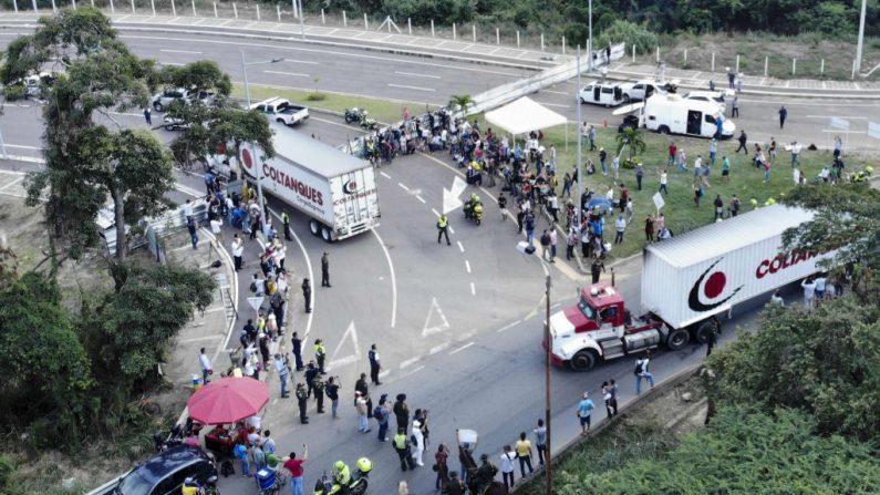 Vista aérea de camiones cargados con ayuda humanitaria para Venezuela en el puente Tienditas en la frontera entre Cúcuta, Colombia y Tachira, Venezuela, el 7 de febrero de 2019. - Oficiales militares venezolanos bloquearon un puente en la frontera con Colombia antes de la llegada. (EDINSON ESTUPINAN / AFP / Getty Images)