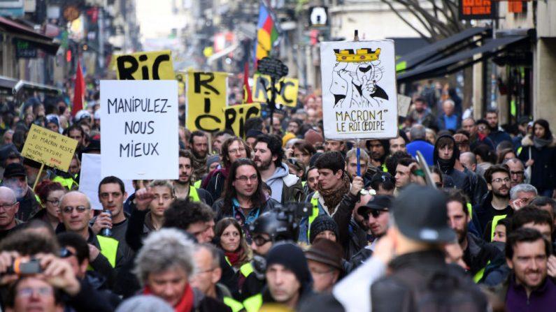"""Manifestantes de chalecos amarillos (Gilets jaunes) se reunieron el 9 de febrero de 2019 en Burdeos, durante el 13º sábado consecutivo de manifestaciones. El movimiento del """"Chaleco amarillo (Gilets Jaunes) en Francia comenzó originalmente como una protesta sobre las alzas de combustible planificadas, pero se ha transformado en Una protesta masiva contra las políticas del presidente francés Emmanuel Macron (MEHDI FEDOUACH / AFP / Getty Images)"""