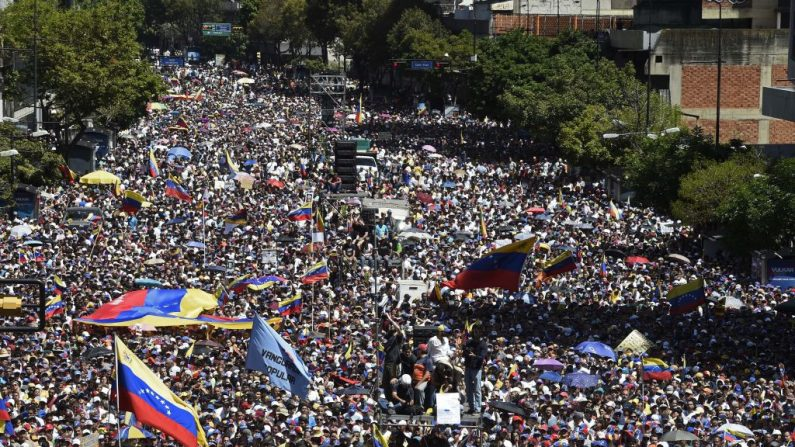 Miles de venezolanos participan en una manifestación para presionar a los militares a que dejen entrar la ayuda humanitaria a Venezuela, en el este de Caracas el 12 de febrero de 2019. (FEDERICO PARRA/AFP/Getty Images)