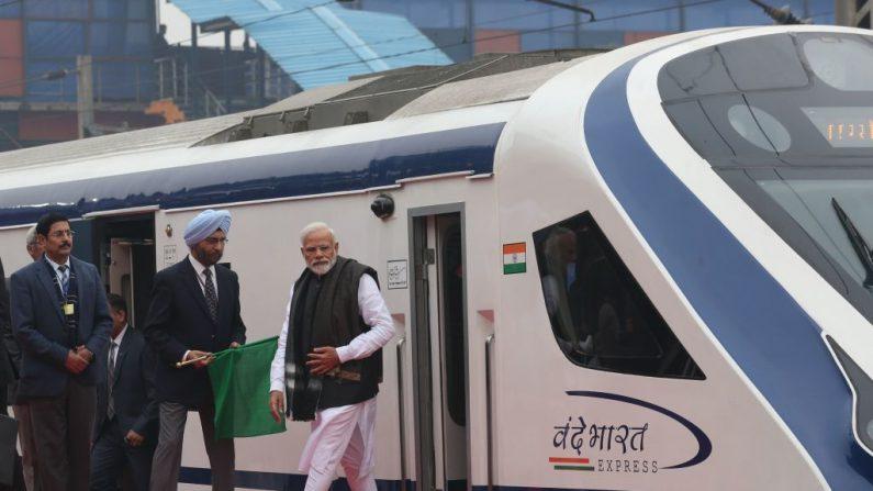 El primer ministro indio, Narendra Modi (derecha), se baja de un vagón de tren durante la ceremonia de entrega del primer tren expreso de alta velocidad de la India, Vande Bharat Express, en la estación de tren de Nueva Delhi, el 15 de febrero de 2019. (STR / AFP / Getty Images)
