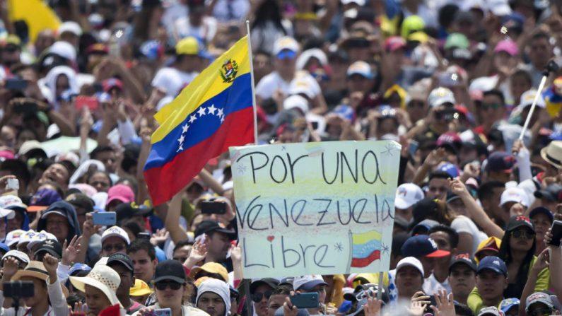"""La gente asiste al concierto """"Venezuela Aid Live"""", organizado para recaudar fondos para el esfuerzo de ayuda venezolano en el Puente Internacional Tienditas en Cucuta, Colombia, el 22 de febrero de 2019. (RAUL ARBOLEDA/AFP/Getty Images)"""