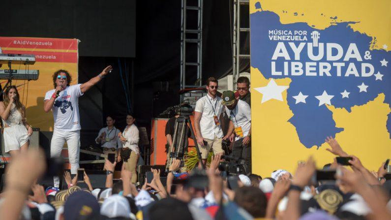 """El cantante colombiano Carlos Vives (2-L) se presenta durante el concierto """"Venezuela Aid Live"""", organizado para recaudar fondos para el esfuerzo de ayuda de Venezuela al frente del Puente Internacional Tienditas en Cúcuta, Colombia, el 22 de febrero de 2019. (RAUL ARBOLEDA/AFP/Getty Images)"""