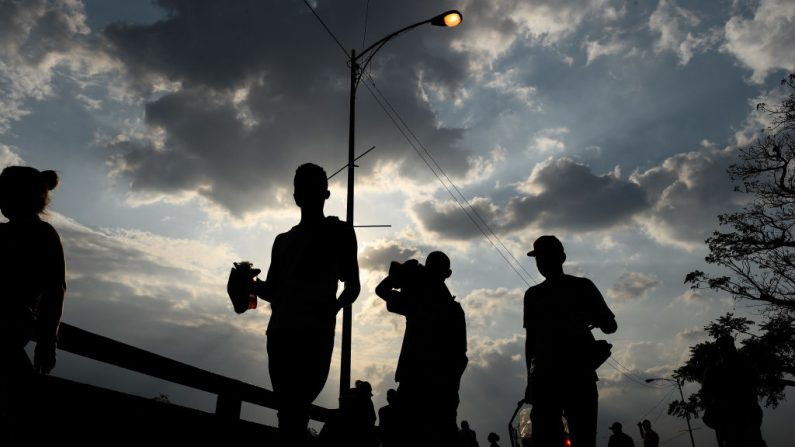 Los venezolanos cruzan el Puente Internacional Simón Bolívar desde Cúcuta, Colombia, a San Antonio del Táchira, Venezuela, el 22 de febrero de 2019. (Foto de Federico PARRA / AFP) (FEDERICO PARRA / AFP / Getty Images)