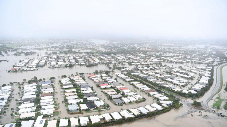Vista es una vista general de la zona inundada de Townsville el 4 de febrero de 2019 en Townsville, Australia. La primera ministra de Queensland, Annastacia Palaszczuk, advirtió a los residentes de Townsville que las inundaciones aún no han alcanzado su punto máximo mientras continúan las lluvias torrenciales. La continua inundación obligó a las autoridades a abrir las compuertas de la presa del río Ross el domingo por la noche. (Foto por Ian Hitchcock/Getty Images)