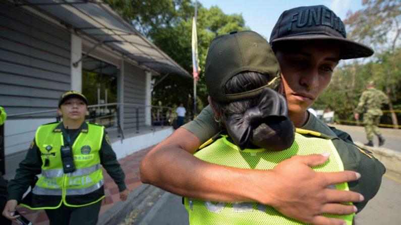 Una policía colombiana abraza a un miembro de las Fuerzas Armadas de Venezuela (C) que desertó a Colombia, en Cúcuta, el 25 de febrero de 2019. (RAUL ARBOLEDA/AFP/Getty Images)