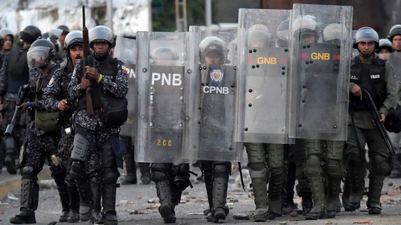 Las fuerzas de seguridad del régimen de Nicolas Maduro chocan en el lado venezolano del Puente Internacional Francisco de Paula Santander, visto desde Cúcuta, Colombia, el 25 de febrero de 2019. (Foto de RAUL ARBOLEDA/AFP/Getty Images)