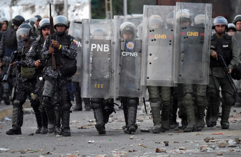 """Cubano denuncia que el régimen está reclutando jóvenes para """"defender a Maduro"""""""