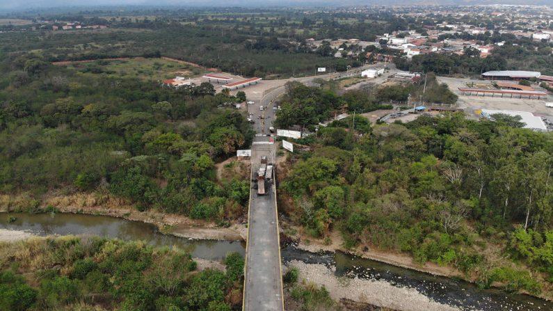 Una vista aérea muestra los restos de camiones de socorro quemados en el Puente Internacional Francisco de Paula Santander, que conecta Cúcuta con la ciudad venezolana de San Antonio del Táchira, después del cierre del puente fronterizo. Imagen del 27 de febrero de 2019 en Cucuta, Colombia. (Joe Raedle/Getty Images)
