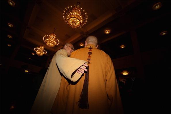 Dos monjes budistas delegados llegan a la sexta reunión plenaria del Congreso Nacional Popular en el Gran Salón del Pueblo en Beijing, el 16 de marzo de 2013 (Feng Li/Getty Images)