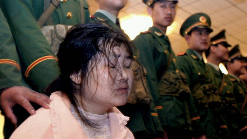 Foto de archivo de una prisionera en China, en la ciudad de Wenzhou, China, 7 de abril de 2004. (STR/AFP/Getty Images)