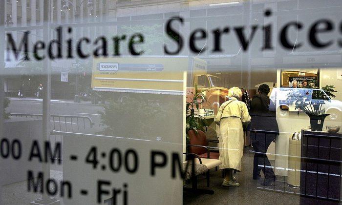 Adultos mayores se apresuran a inscribirse en el plan Medicare Parte D antes de la fecha límite del 15 de mayo de 2006 en la ciudad de Nueva York. (Spencer Platt/Getty Images)