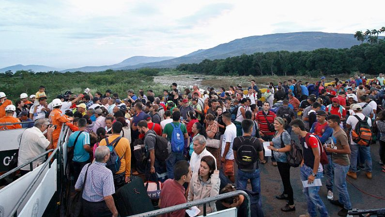 Miles de venezolanos cruzan la frontera desde San Antonio del Táchira, Venezuela, a Cúcuta, Colombia, en una imagen de archivo del 13 de agosto de 2016. (SCHNEYDER MENDOZA / AFP / Getty Images)
