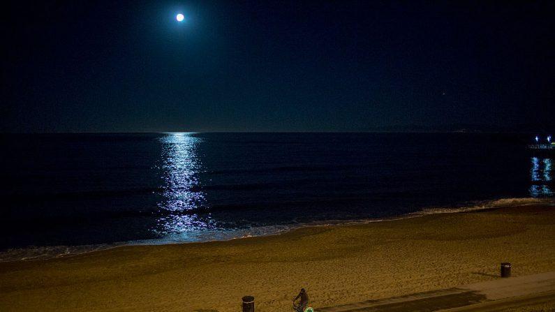 La atmósfera terrestre se extiende más allá de la órbita lunar. (David McNew/Getty Images)
