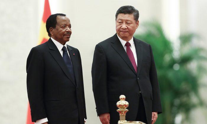 El mandatario chino Xi Jinping (der.) recibe al presidente de Camerún Paul Biya en Beijing el 22 de marzo de 2018. El régimen chino condonó 78 millones de dólares en deudas de Camerún, pero no lo informó. (Lintao Zhang/Getty Images)