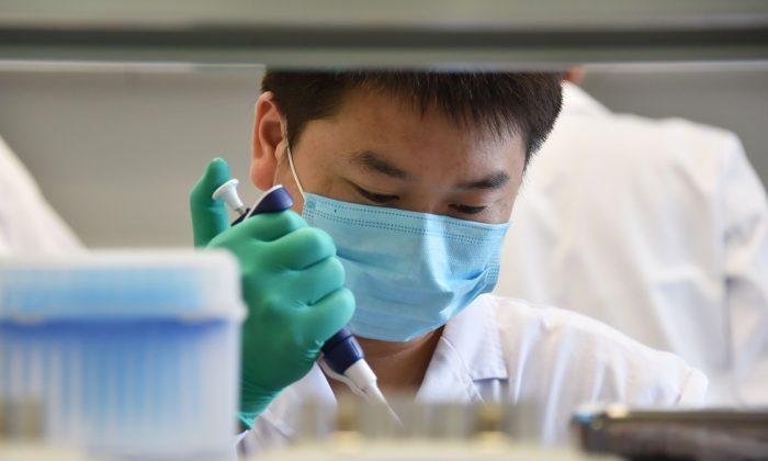 Un técnico trabaja en un laboratorio de ADN en Beijing, el 22 de agosto de 2018. (GREG BAKER/AFP/Getty Images)
