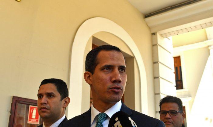 Líder de la oposición y autoproclamado presidente interino de Venezuela, Juan Guaidó, llega al Palacio Legislativo Federal, que alberga tanto a la Asamblea Nacional como a la Asamblea Constituyente Nacional, para dirigirse a la prensa, en Caracas, el 4 de febrero de 2019. (YURI CORTEZ/AFP/Getty Images)