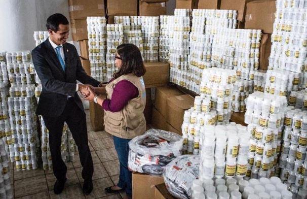 Guando entrega la ayuda humanitaria a Avessoc (Gobierno de Venezuela)