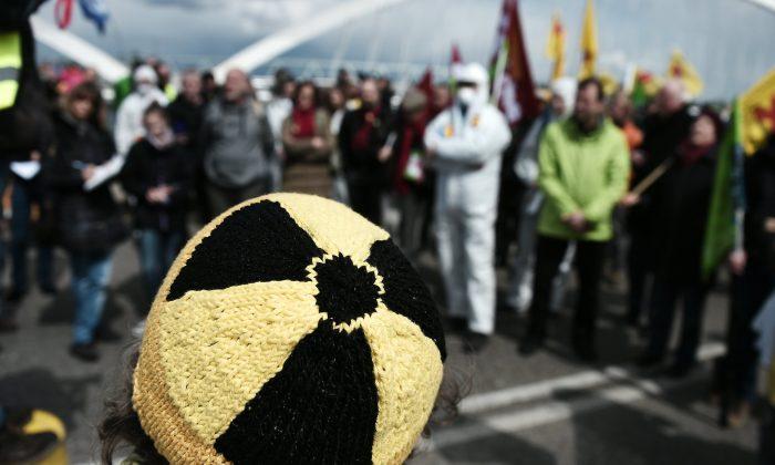 """Foto de archivo muestra a un activista con un gorro con un símbolo de """"radiación"""" en una manifestación en Francia el 24 de abril de 2016. (Frederick Florin/AFP/Getty Images)"""