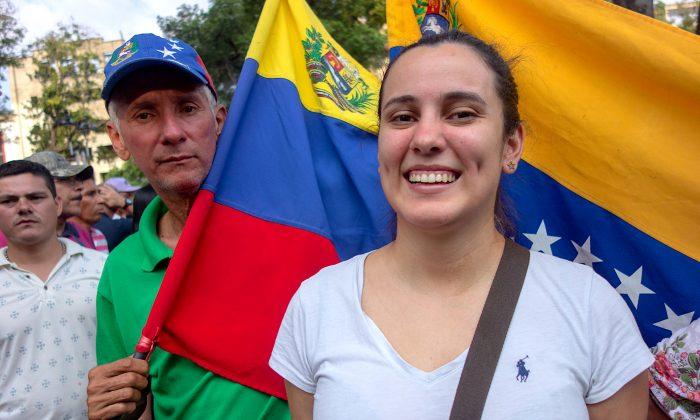 Jhuliana Hernández sonríe después de cruzar la frontera de Venezuela en Cúcuta, Colombia. (Luke Taylor para La Gran Época)