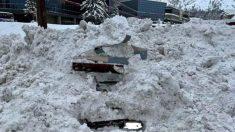 Tractor golpea un coche enterrado en la nieve y descubren una mujer atrapada en su interior
