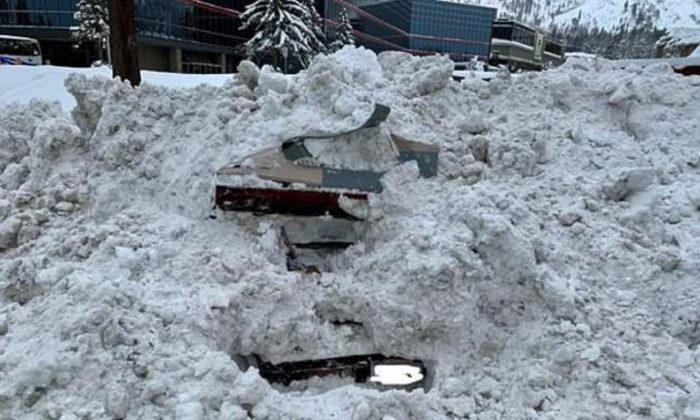 Quitanieves golpeó un coche completamente enterrado en la nieve en South Lake Tahoe, California, el 17 de febrero de 2019. Sin que el equipo lo supiera, había una mujer dentro. (Ciudad de South Lake Tahoe)