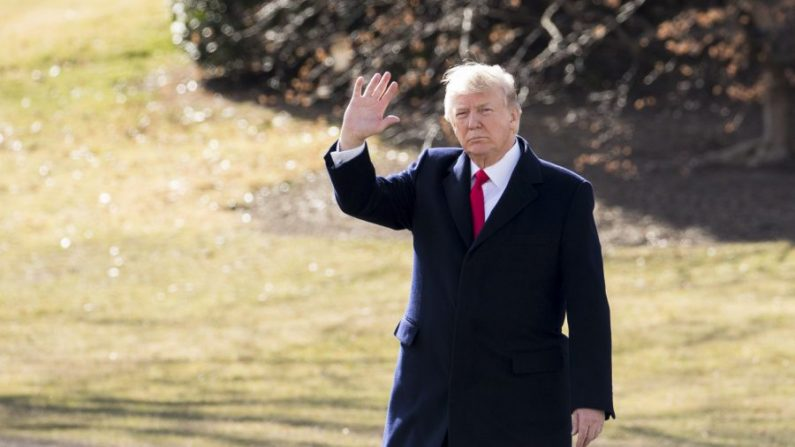 Presidente Donald Trump antes de abordar el Marine One en el jardín sur de la Casa Blanca en Washington el 2 de febrero de 2018. (Samira Bouaou/The Epoch Times)