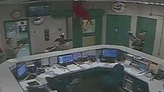 Preso intenta fugarse de la cárcel por un techo que se desploma sobre los policías