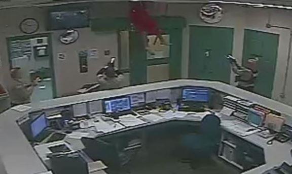 Blaze Ayers intentaba escapar por el techo y cae enredado de cables sobre la policía. (Captura de vídeo)