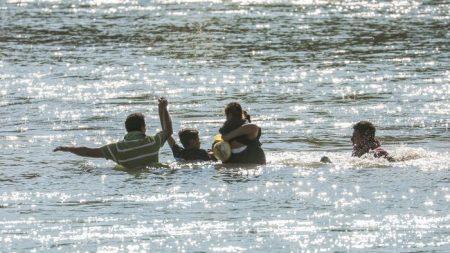 Caravanas de migrantes demuestran ser una forma exitosa para la entrada ilegal en masa a EE. UU.
