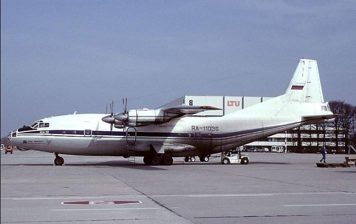 Ural Airlines. Seis pasajeros caen al vacío cuando se desploma la escalera para abordar un vuelo. Imagen de archivo. (Wikimedia Commons)