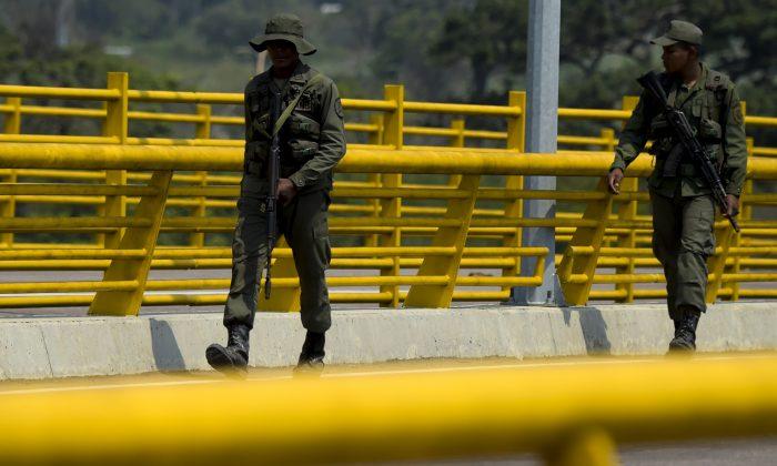 Las fuerzas militares venezolanas hacen guardia mientras bloquean con contenedores el puente Las Tienditas, que une Táchira, Venezuela, y Cúcuta, Colombia, el 6 de febrero de 2019. (RAUL ARBOLEDA/AFP/Getty Images)