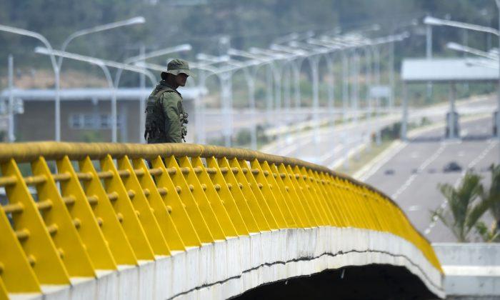 MIlitar venezolano hace guardia mientras unos contenedores bloquean el puente Las Tienditas, que une Táchira, Venezuela, y Cúcuta, Colombia, el 6 de febrero de 2019. (RAUL ARBOLEDA/AFP/Getty Images)