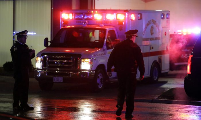 Foto de archivo de una ambulancia con luces intermitentes. (Joshua Lott/Getty Images)