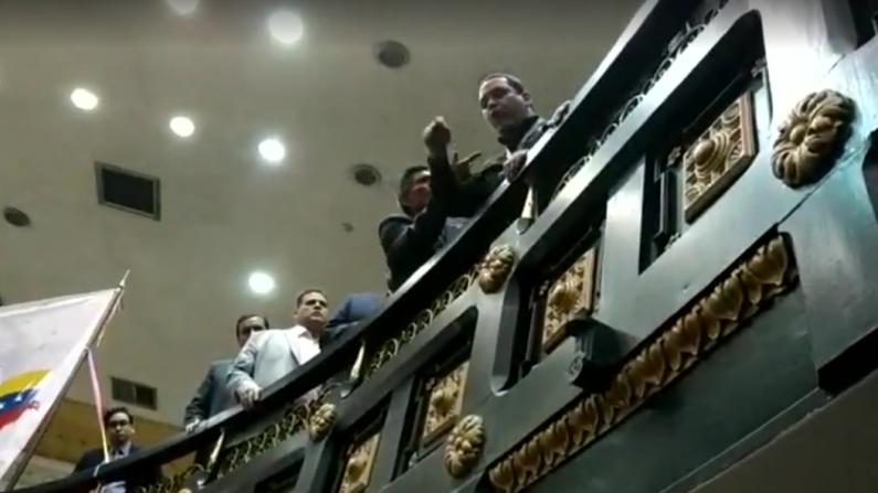 Denuncian ataques de grupos chavistas que intentaron irrumpir en la Asamblea Nacional venezolana. (Captura video)
