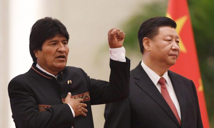 El presidente de Bolivia, Evo Morales (izq.), canta su himno nacional mientras el líder chino Xi Jinping (der.) observa en una ceremonia de bienvenida en el Gran Salón del Pueblo en Beijing el 19 de junio de 2018. (Greg Baker/AFP/Getty Images)
