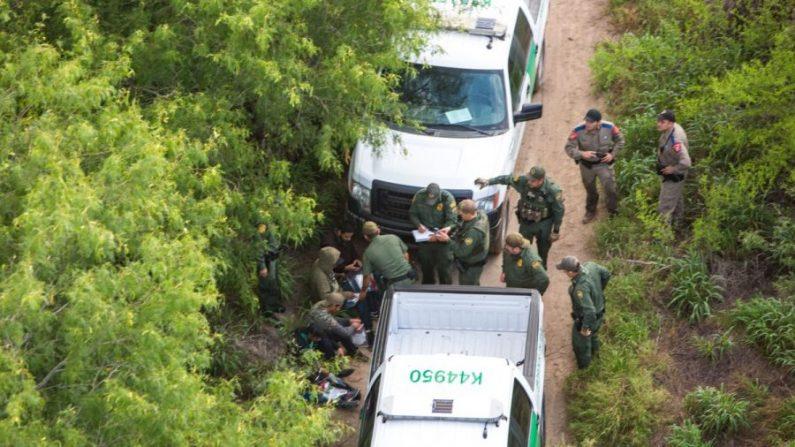 Vista desde un helicóptero de la Patrulla Fronteriza, muestra a la Patrulla y a las tropas estatales de Texas deteniendo a extranjeros ilegales que estaban tratando de permanecer ocultos después de que llegaron a los Estados Unidos desde México en el área de Texas, cerca de McAllen, Texas, el 30 de mayo de 2017. (Benjamin Chasteen/The Epoch Times)