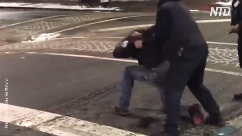 Guardia de seguridad dispara taser a un hombre y prende fuego a sus pantalones (Captura de pantalla)