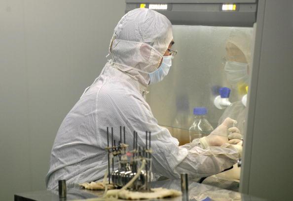 Un técnico de laboratorio trabaja en una empresa biotecnológica china en Beijing, el 24 de agosto de 2009. (Peter Parks/AFP/Getty Images)