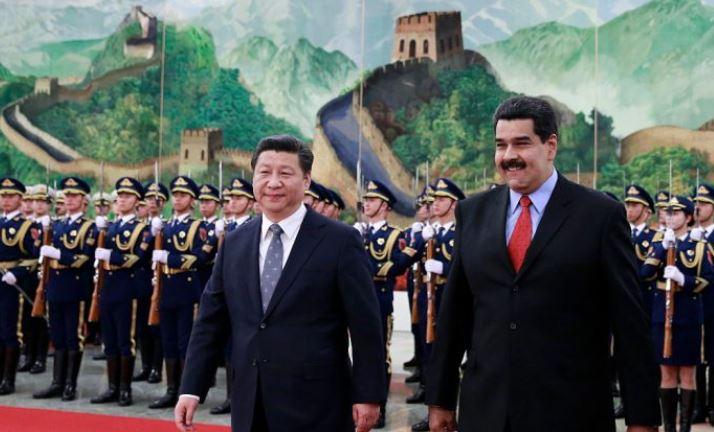 El dictador de Venezuela, Nicolás Maduro (der), camina con el líder chino Xi Jinping (izq) en una ceremonia de bienvenida en el Gran Salón del Pueblo en Beijing el 7 de enero de 2015. (Andy Wong-Pool / Getty Images)