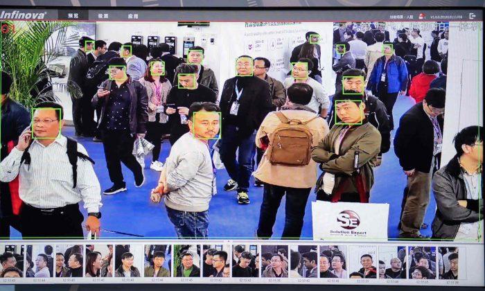 Una pantalla muestra a asistentes filmados por cámaras de seguridad de IA con tecnología de reconocimiento facial en la 14ª Exposición Internacional de Seguridad Pública de China en el Centro Internacional de Exposiciones de China en Beijing, el 24 de octubre de 2018. (Nicolas Asfouri/AFP/Getty Images)