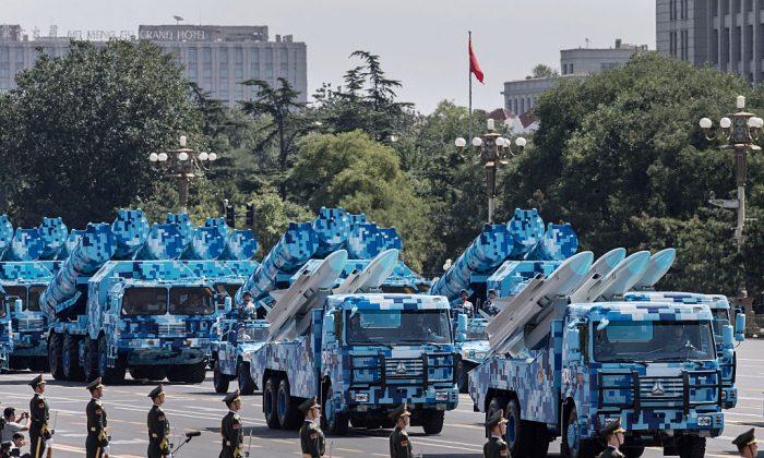 Misiles chinos transportados en camiones mientras se dirigen hacia la Plaza Tiananmen y la Ciudad Prohibida durante un desfile militar en Beijing el 3 de septiembre de 2015. (Kevin Frayer/Getty Images)