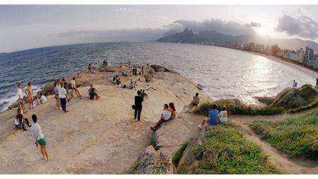 Turistas en la playa son sorprendidos con un mensaje de esperanza volando por el cielo