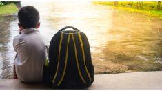 Un hombre encuentra a un niño que debería estar en la escuela y hace algo que su madre nunca olvidará