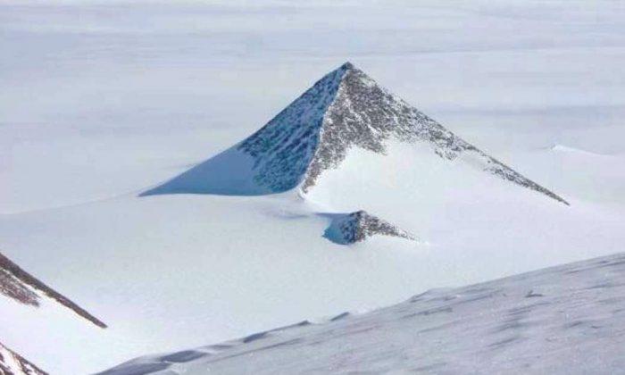 Una montaña en forma de pirámide en la cordillera Ellsworth de la Antártida. (Google Earth)