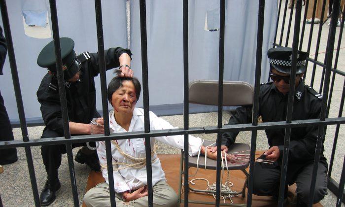 Una reconstrucción de un método de tortura aplicado a un practicante de Falun Dafa por la policía en un centro de detención. (Minghui.tv)