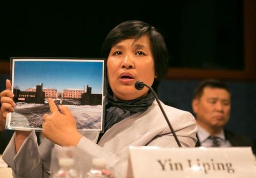 Yin Liping, practicante de Falun Dafa, muestra una foto del Campo de Trabajo de Masanjia a los representantes del Congreso en una audiencia en el Capitolio el 14 de abril de 2016. Yin fue víctima de tortura y violación en grupo mientras estuvo encarcelada en Masanjia. (Minghui.org)